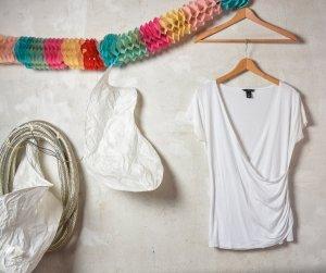 weißes Kurzarm Shirt Wickeloptik mit Raffung und Perlenausschnitt