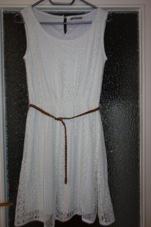 Weißes, kurzes Häkelkleid