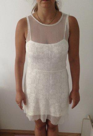 Weißes kurzes sommerliches Netzkleid mit Unterkleid
