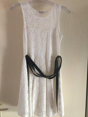 Weißes leichtes Kleid mit Blumenstick