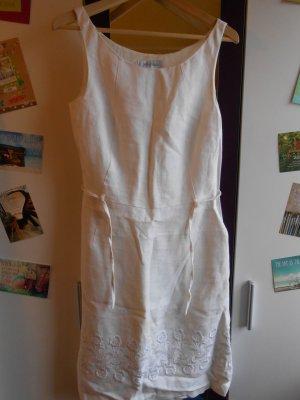 Weißes Leinenkleid mit Stickerei