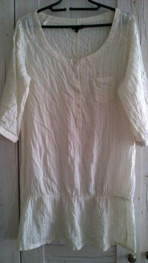 Weißes luftiges Leinenkleid