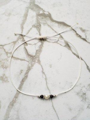 weißes Makramee Armband mit schwarzen und weißer Perle