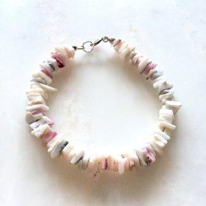 Weißes Muschelarmband mit rosanen Details