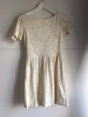 Weißes rückenfreies Sommerkleid