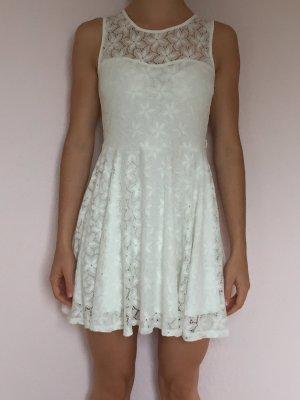 weißes Rüschenkleid