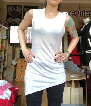 Weißes schräg geschnittenes Longshirt S/M