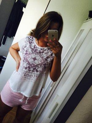 weißes Shirt mit Flieder Muster