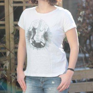 Weißes Shirt mit schwarzem Gitarren- und Rosenaufdruck