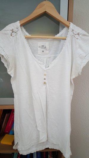 Weißes shirt mit spitzenbesatz