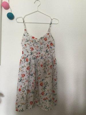 Weißes Sommerkleid mit Blumenmuster