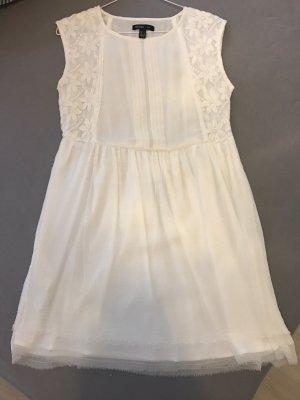 Weißes Sommerkleid mit Blumenstruktur