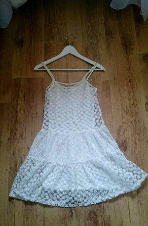 weißes Sommerkleid mit geblümter Spitze