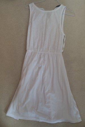 Weißes Sommerkleid mit Lochmuster