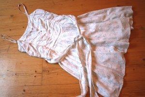 Weißes Sommerkleid mit mintgrünem Muster