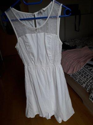 weißes Sommerkleid mit Spitze
