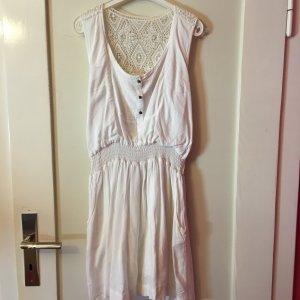 WeIßes Sommerkleid mit spitzenrücken