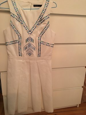 weißes Sommerkleid mit Stickereien