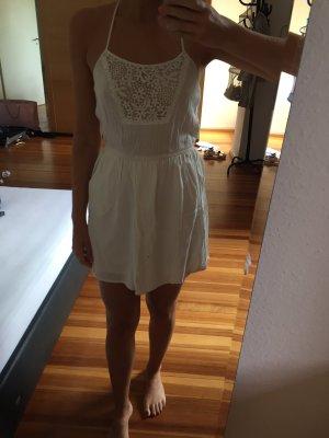 Weißes Sommerkleid mit verziertem Rücken