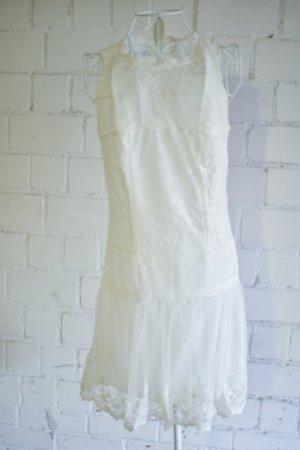 Weißes Spitzenkleid aus zartem Stoff