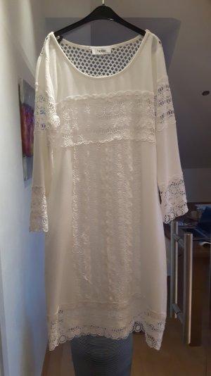 Weißes Spitzenkleid mit Unterkleid