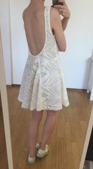 Weißes Strandkleid mit Rückenausschnitt