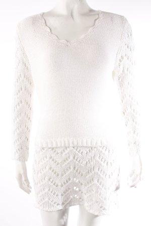 Weißes Strickkleid mit V-Ausschnitt