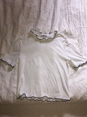 Weisses t-shirt mit schwarzem Rand