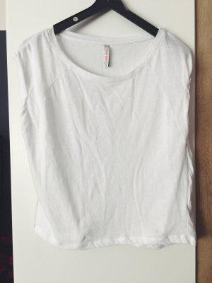 Weißes und Dunkelrotes Shirt