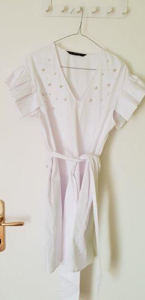 Weißes, weites Kleid mit Perlendetails