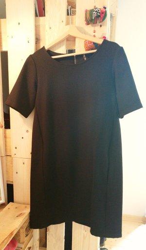 Weit bzw gerade geschnittenes schwarzes Kleid