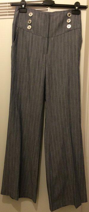 Weit geschnittene Hose mit Bügelfalten, graublau/weißen Nadelstreifen, ca. Gr.34