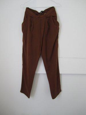 Weite, braune Hose --- Asymmetrischer Faltenwurf am Bund