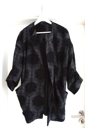 Weiter Mantel im Kimono-Stil
