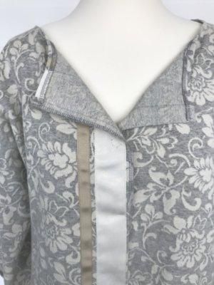 Weste Blumenmuster grau-weiß mit aufgesetzten Satinbändern