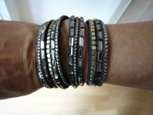 Wickelarmband, Marke: LIZAS, Polyurethan, grau, Nieten/Glassteine, neuwertig