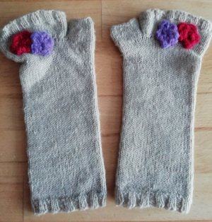 Wie NEU Fingerlose Handschuhe beige mit gehäkelten Blumen Gr XS/S