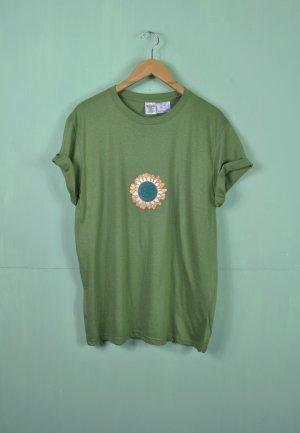 Wiesengrünes Shirt mit Sonnenblumen Patch / Erde / Kreislauf