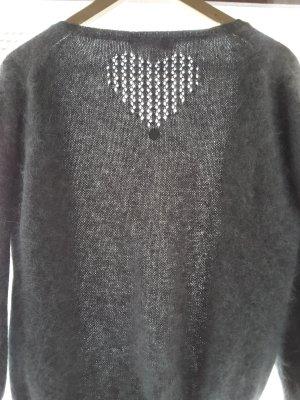 Flauschige graue Strickjacke mit süssen Details