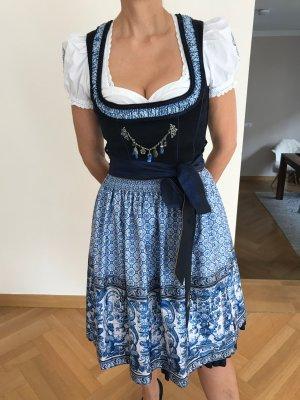Wiesnkönig Dirndl mit außergewöhnlich schönem Azulejo-Print inkl. Bluse, Tradition mit modernem Switch, Blautöne