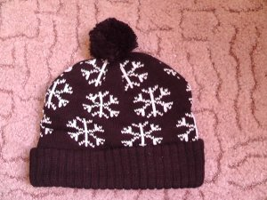 winter beanie schwarz mit weißen schneeflocken und bommel