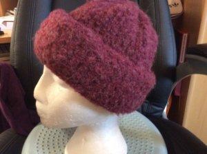 Sombrero de punto rojo oscuro