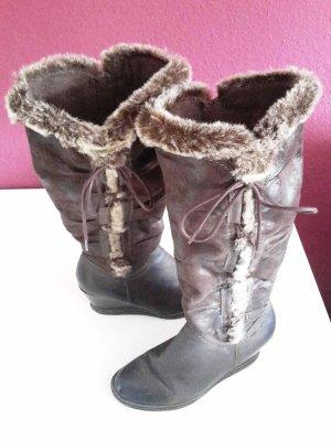 Winterliche Stiefel mit Keilabsatz