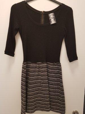 winterliches, ausgestelltes Minikleid in schwarz von Bershka