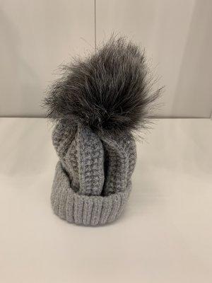 Cappello all'uncinetto argento-grigio chiaro