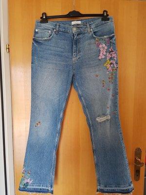 witzige Jeans mit Erdbeer Stickerei in leichtem used look