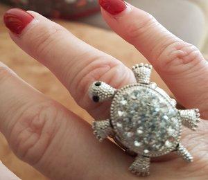 witziger Schildkröten Ring - flexible Grösse durch elastische Ringschiene