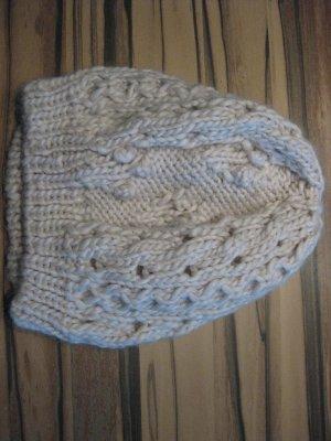 Wollweiße Winter Mütze mit Zopfmuster