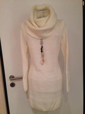 Wollweißes Strickkleid mit modernem Kragen