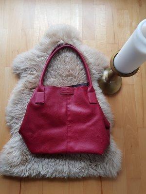 Wunderschöne beerenfarbige Tasche